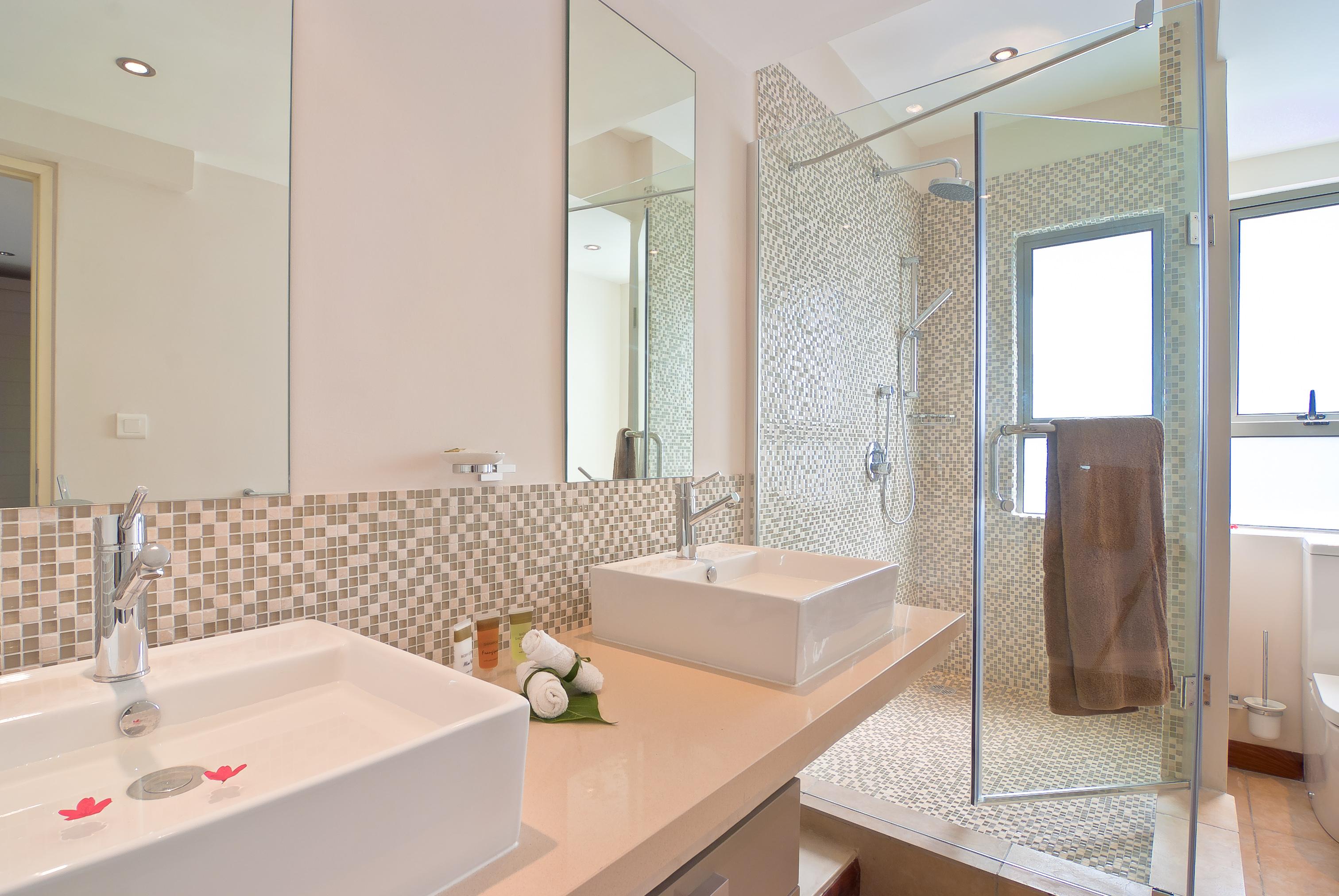 Bon Azur Elegant Suites & Penthouses Ensuite bathrooms